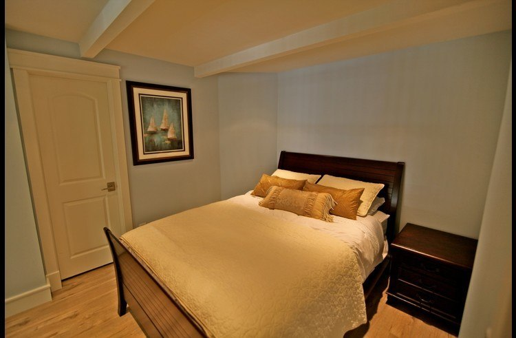 Guest room 2 with queen size bed