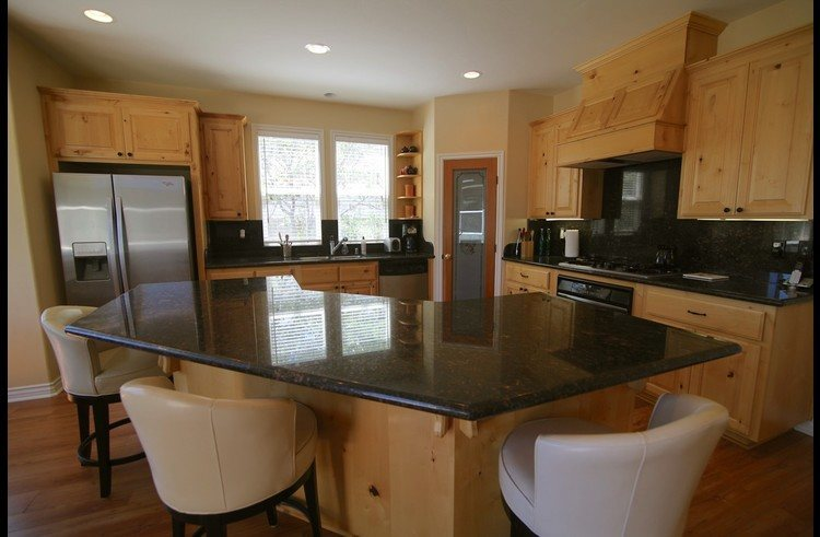 Maplewood Lodge kitchen with slab granite and stainless steel appliances