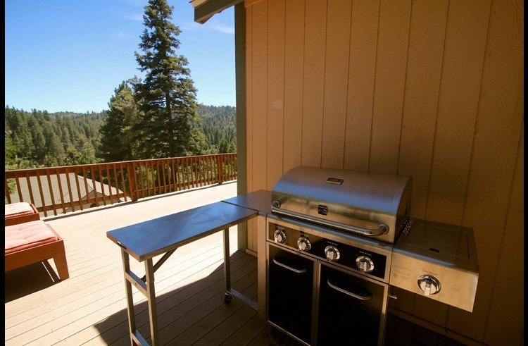 BBQ with L-shaped prep space