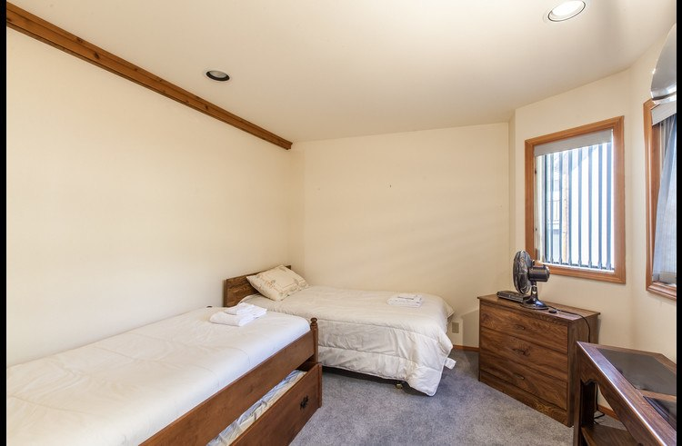Guest room with two twin beds plus trundle