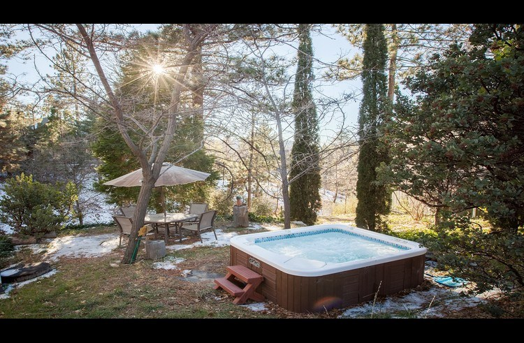 Outdoor hot tub at the Meadow Ridge Lodge
