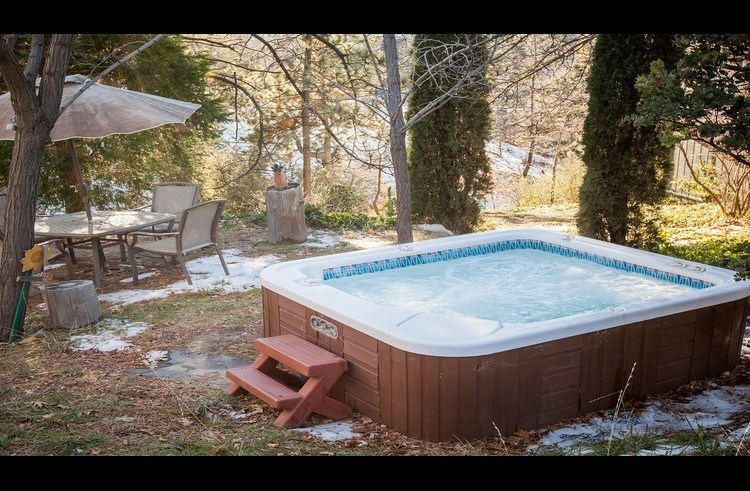 Outdoor hot tub to relax and enjoy the beautiful scenery