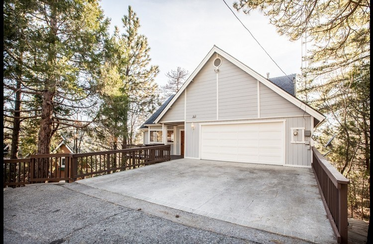 Heavenly Pines Lodge with level driveway and entry