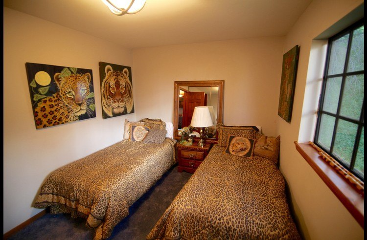 Guest room 3 on middle level with two twin beds