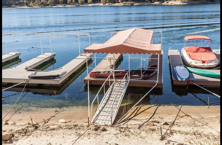 Your personal single dock with kayaks available for you to enjoy the lake