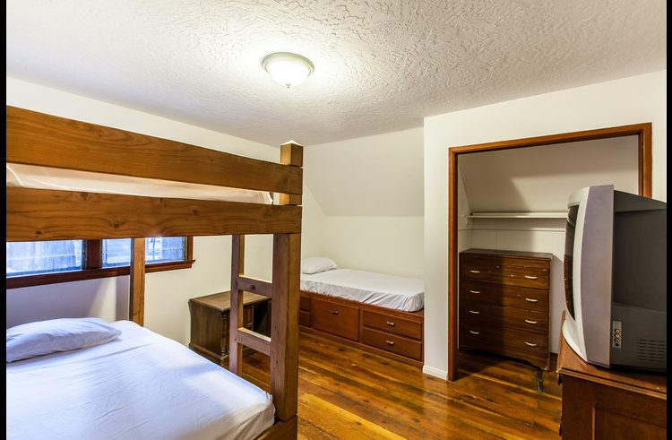 Guest room 4 with twin bunk bed and twin platform bed