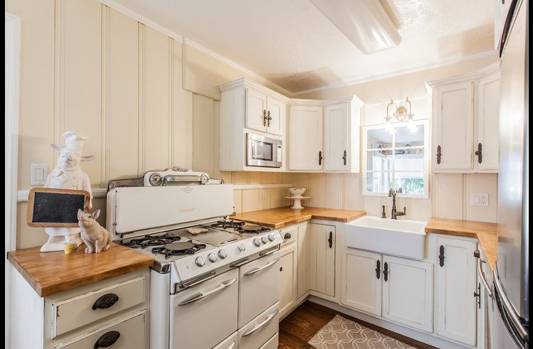 Vintage style kitchen with O'Keefe and Merritt stove