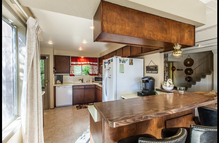 Kitchen with a breakfast bar countertop