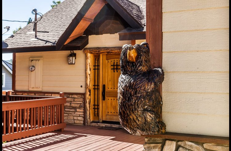 The welcome bear at the entry!