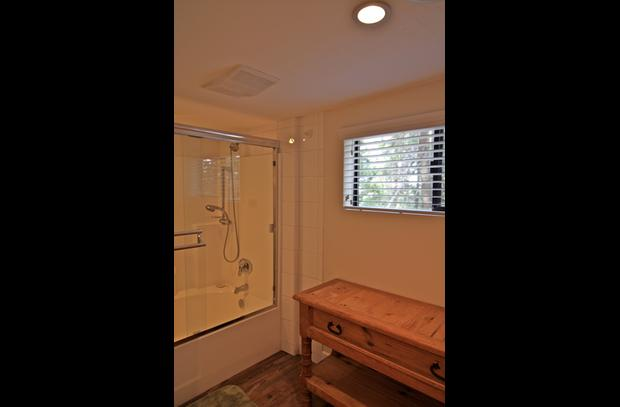 Separate tub/shower room