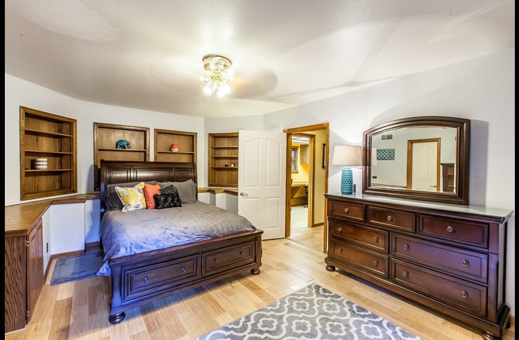 2nd master suite with queen bed