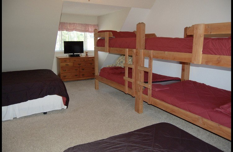 Large bunk room with 6 beds