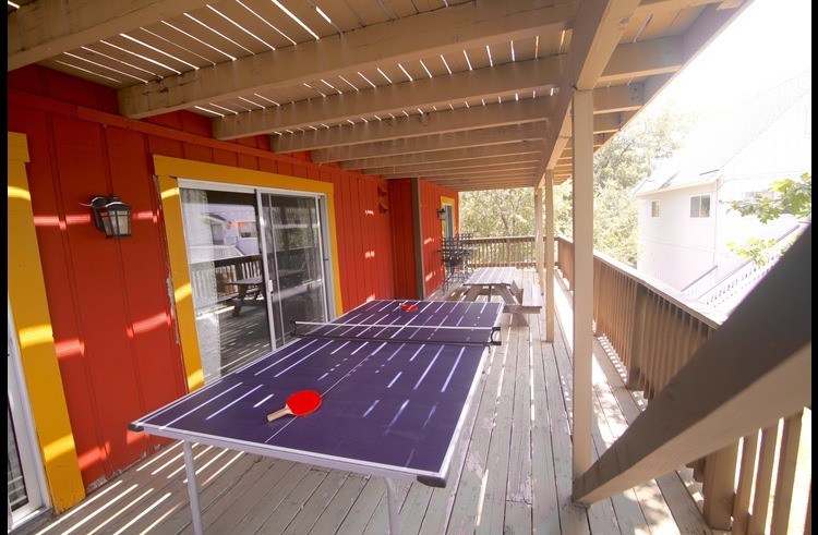 Ping pong table on middle level