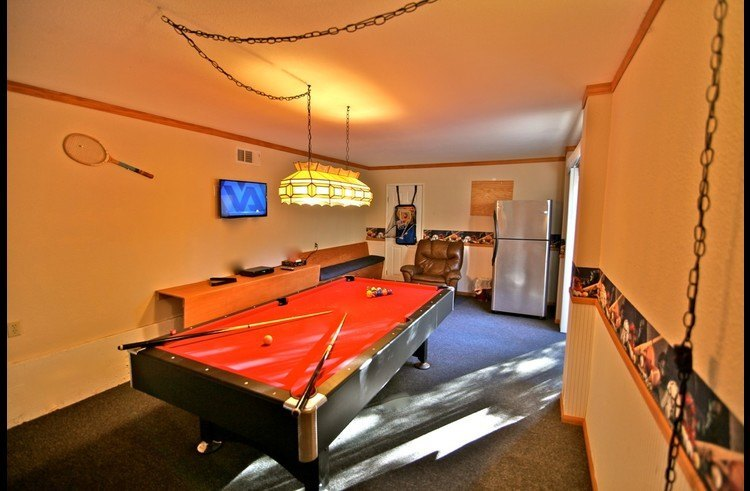 Game room with flat screen TV