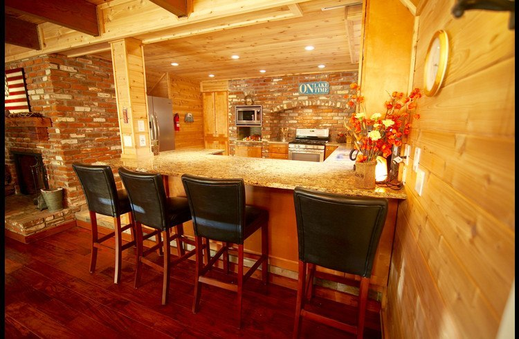 Granite counter tops with 4 barstools